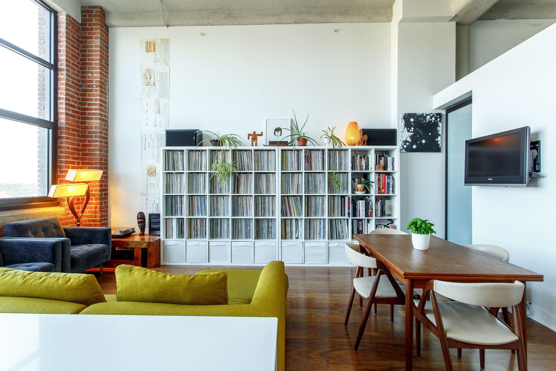 möblum life, sala con muebles y decoración basada en los atributos del color