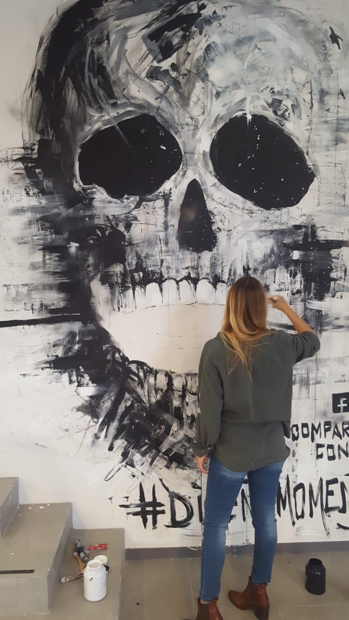 möblum-ruta_del_diseño-Vero_pintando-cráneo