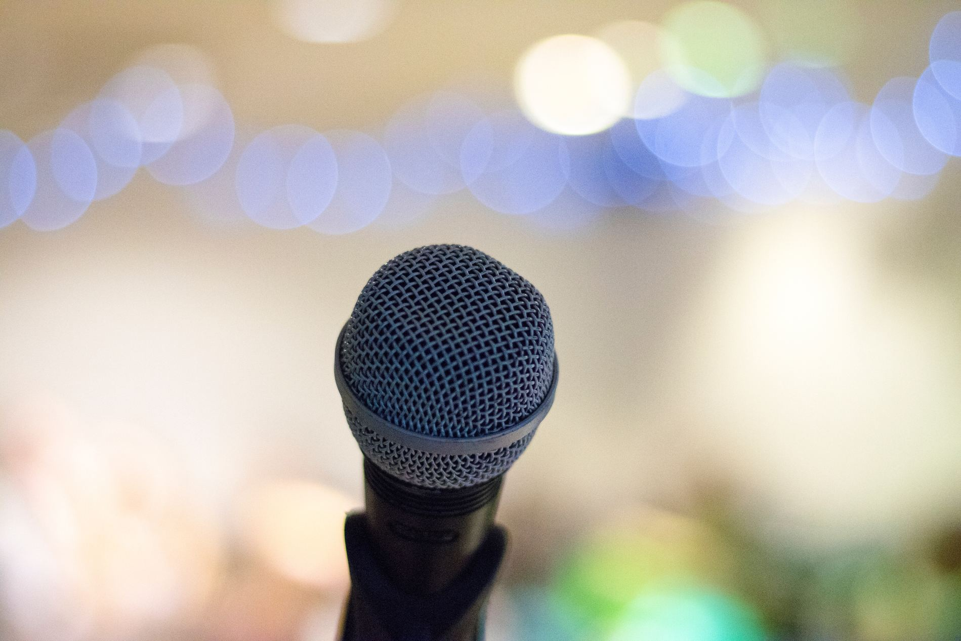 möblum-festivales_musicales-microfono-luces