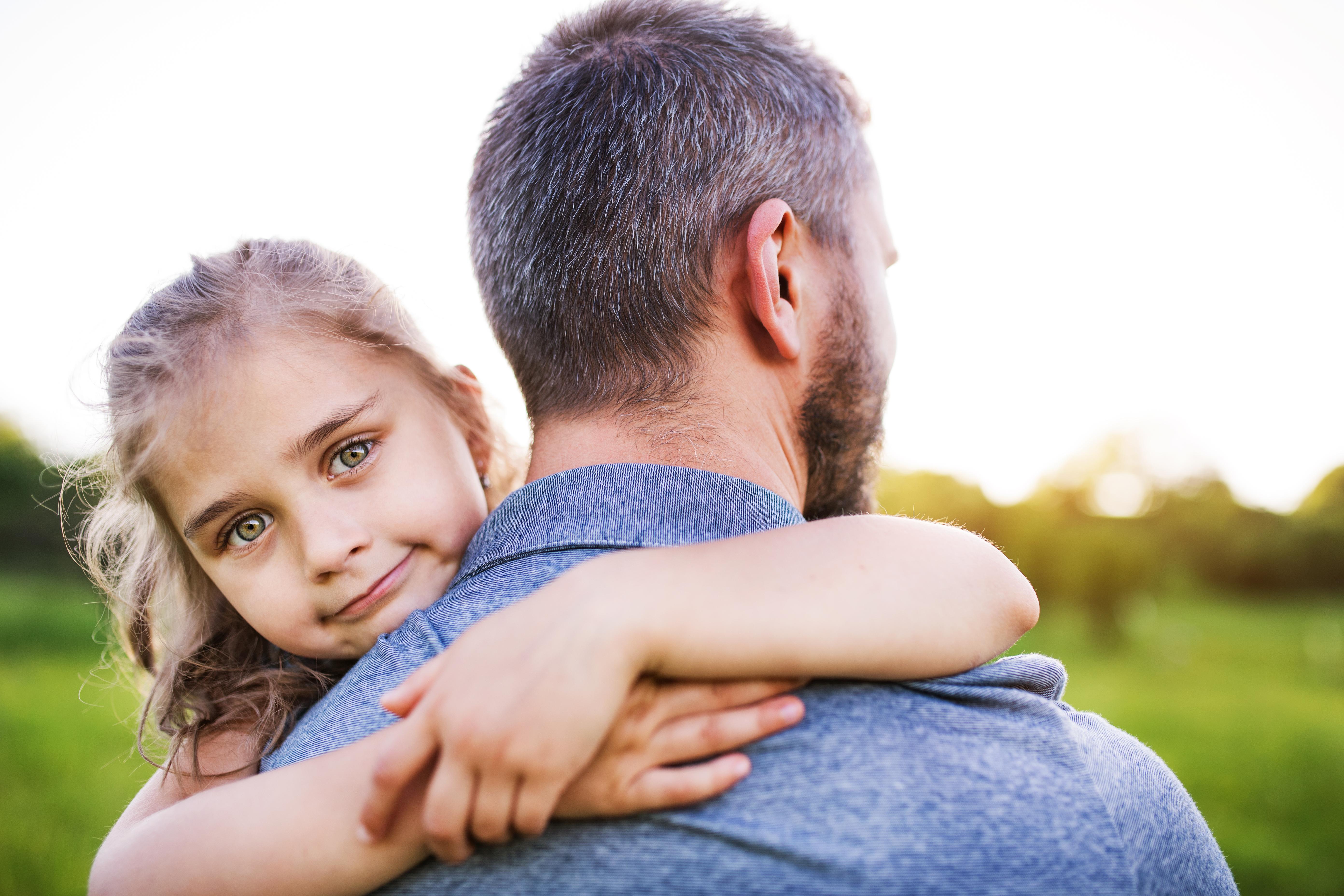 los-mejores-regalos-para-papa-este-dia-del-padre-accesorios-de-diseño-en-moblum_abrazo