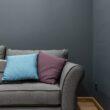 sala gris con pared gris